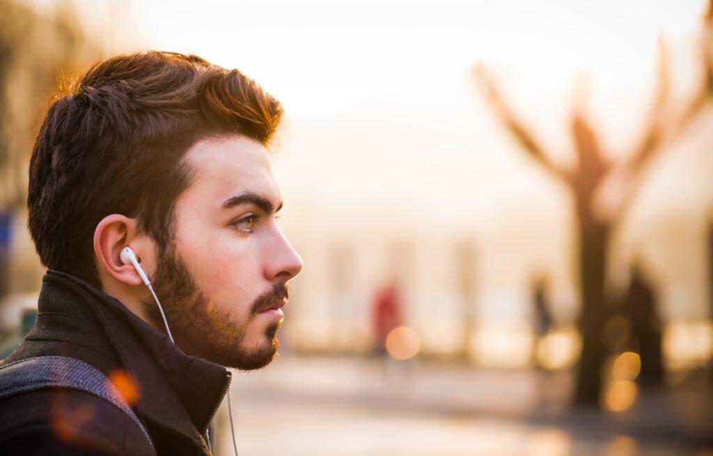 Mann med headset i profil, foto.