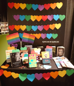 Utstilling frå Alver bibliotek i samband med feiringa av Pride 2021.