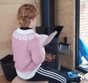 Barn som leser i Dagsturhytta